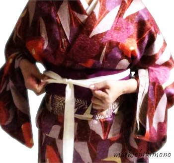 Tie it firmly on the obi.