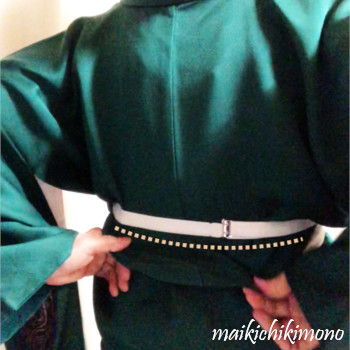 """pull it between the """"kimono"""" belt and """"himo"""""""